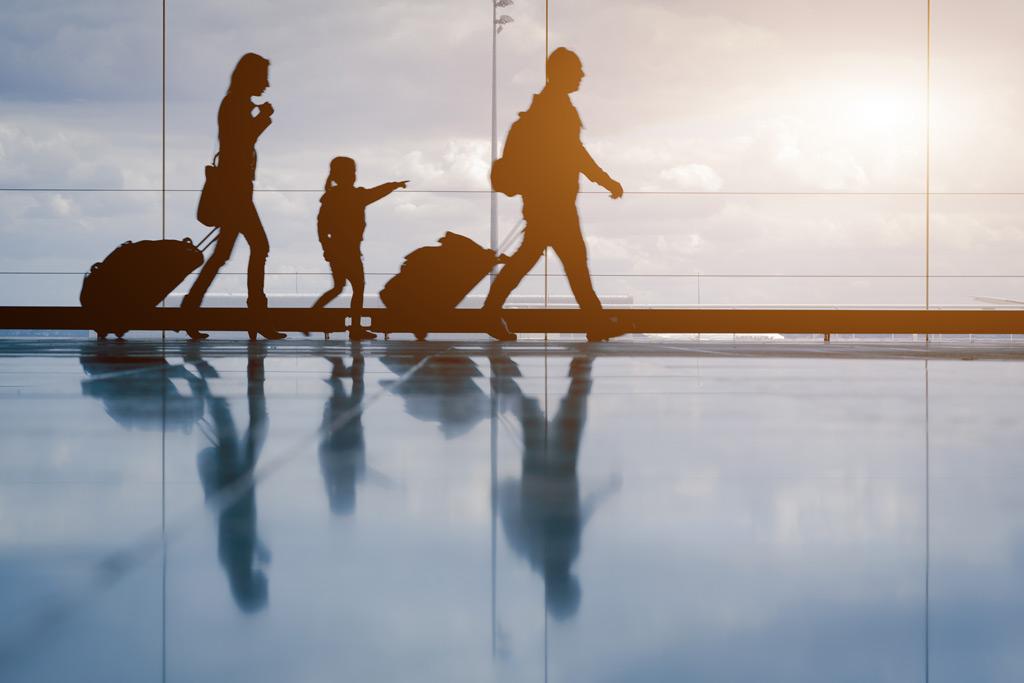 Фото: Семья с багажом в аэропорту