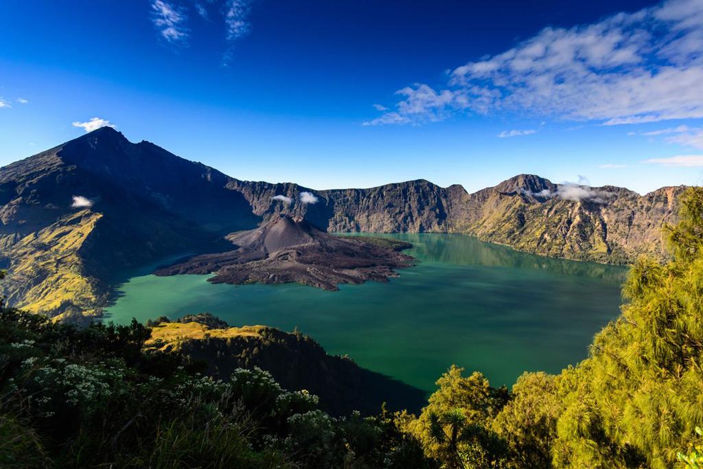 Фото: Действующий вулкан Ринджани