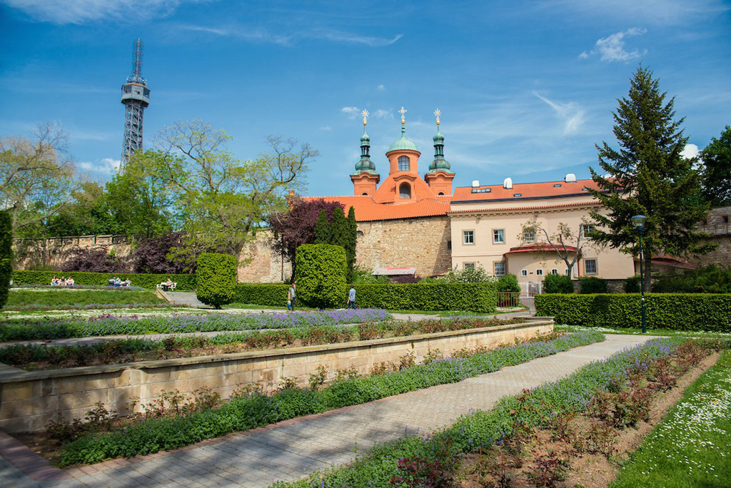 Фото: Подняться в Праге на фуникулёре на холм Петршин