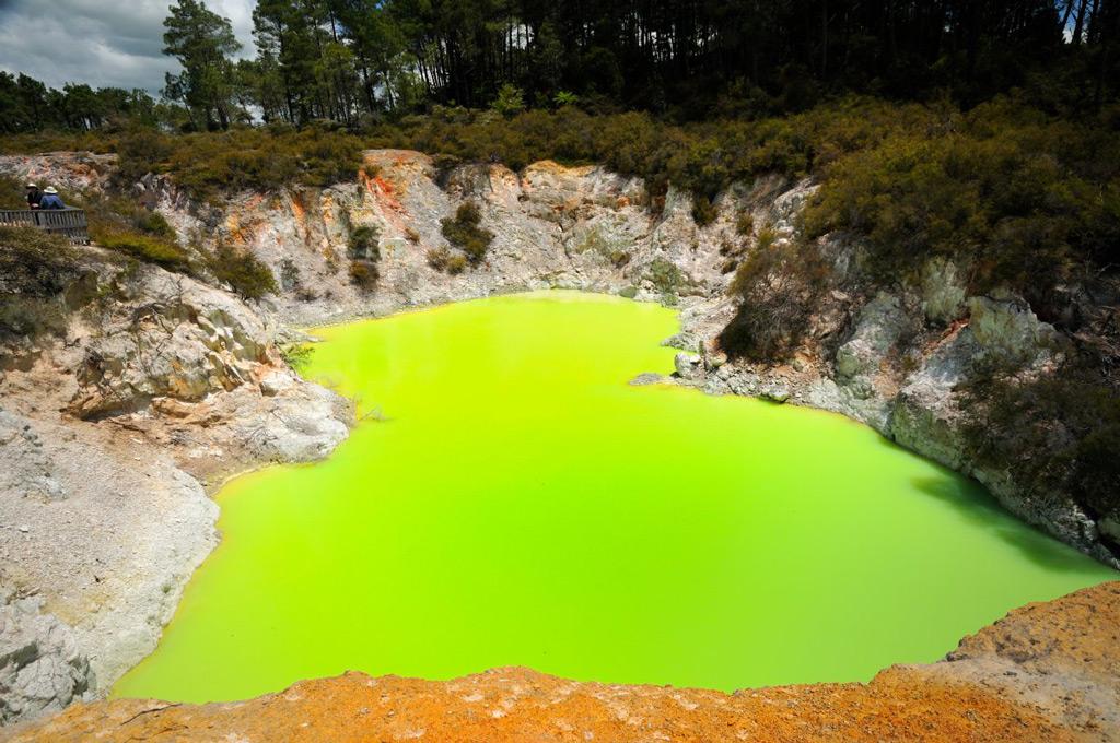 Фото: Неоново-зелёное серное озеро