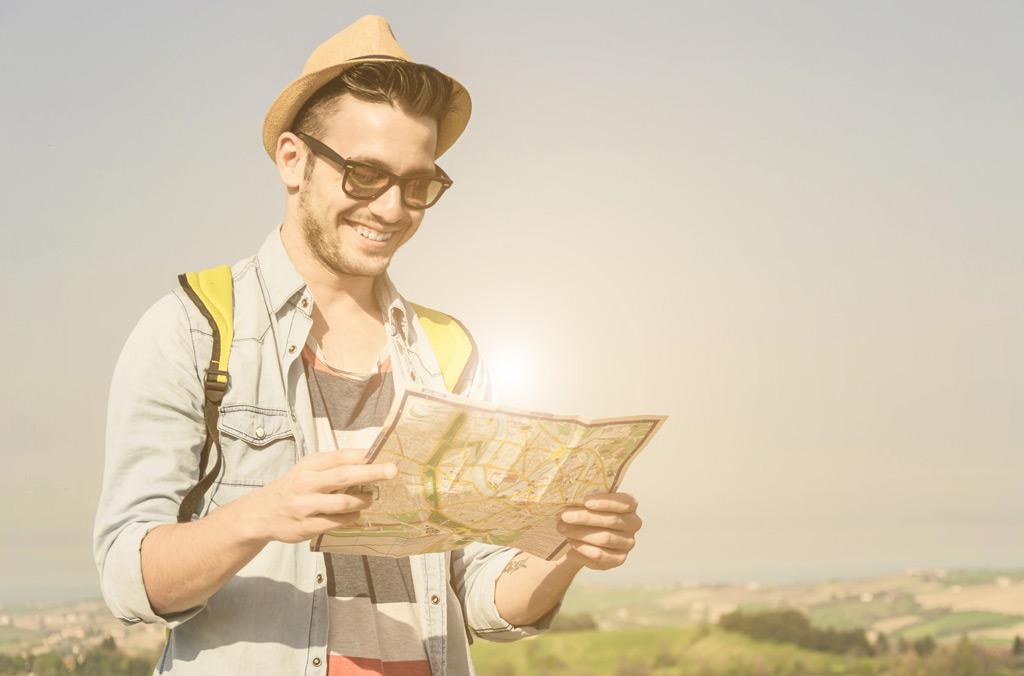 Фото: Молодой человек изучает карту