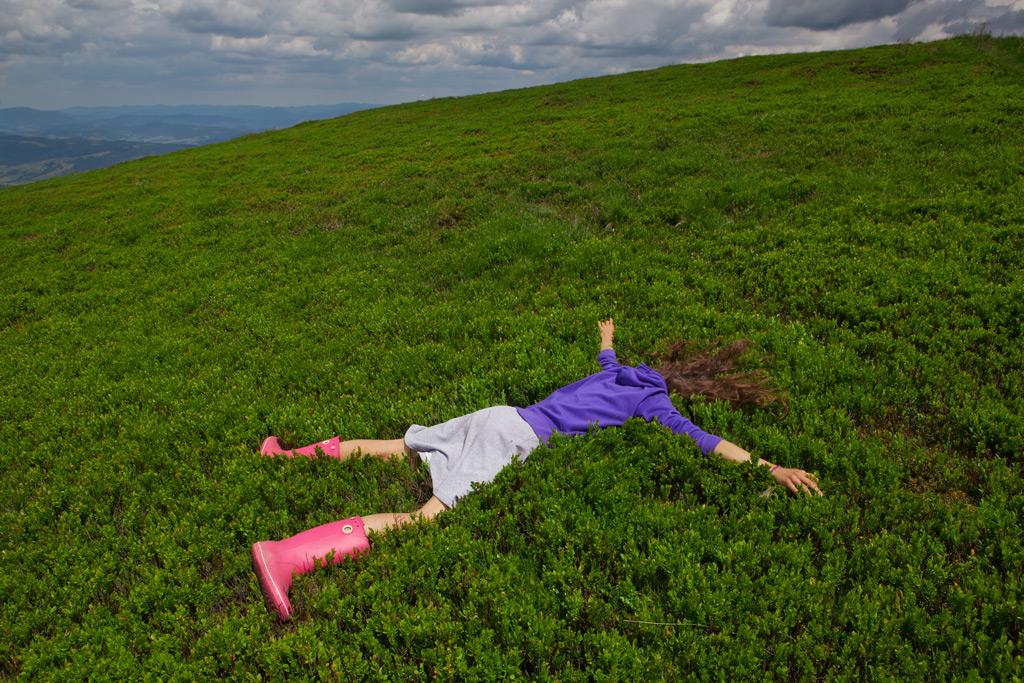 Фото: Девушка лежит на зеленом поле