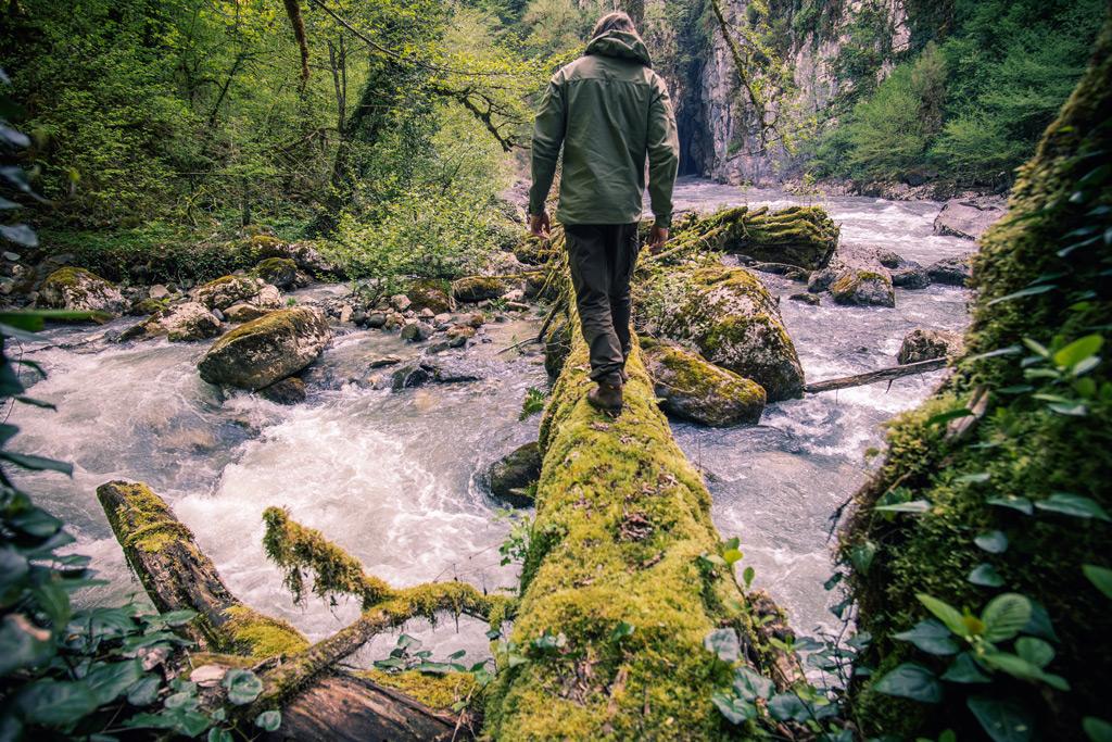 Фото: Путешественник пересекает реку