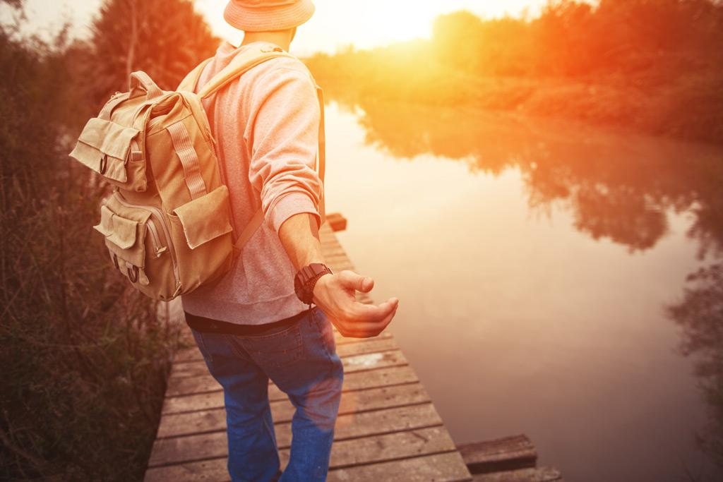 Фото: Путешественник на берегу озера