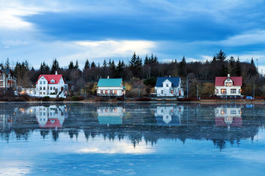Фото: Дома отражается в озере