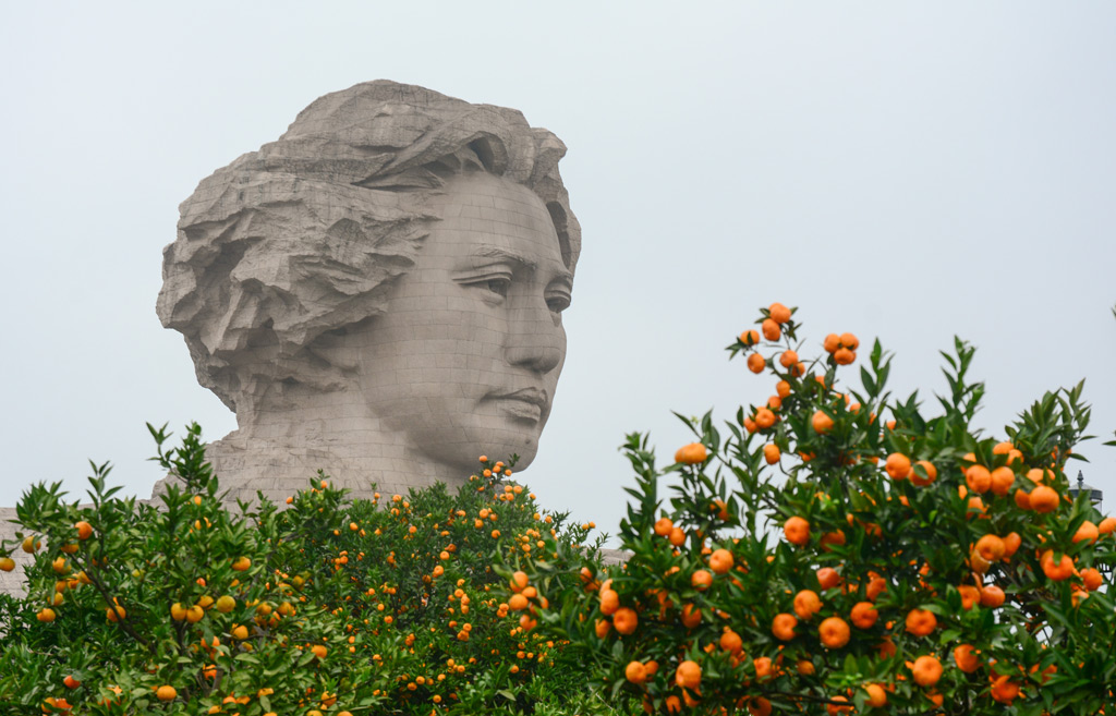 Фото: Статуя молодого товарища Мао