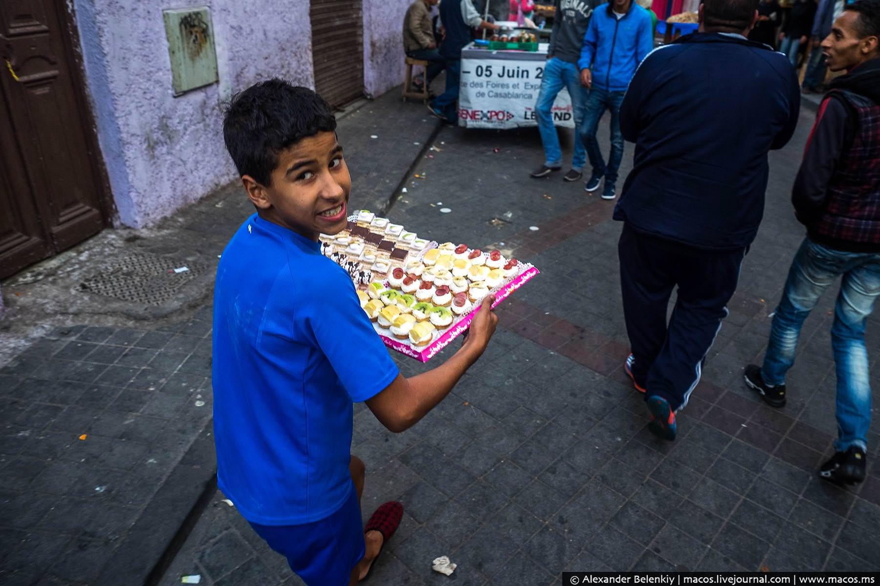 Фото: Мальчик несёт сладости