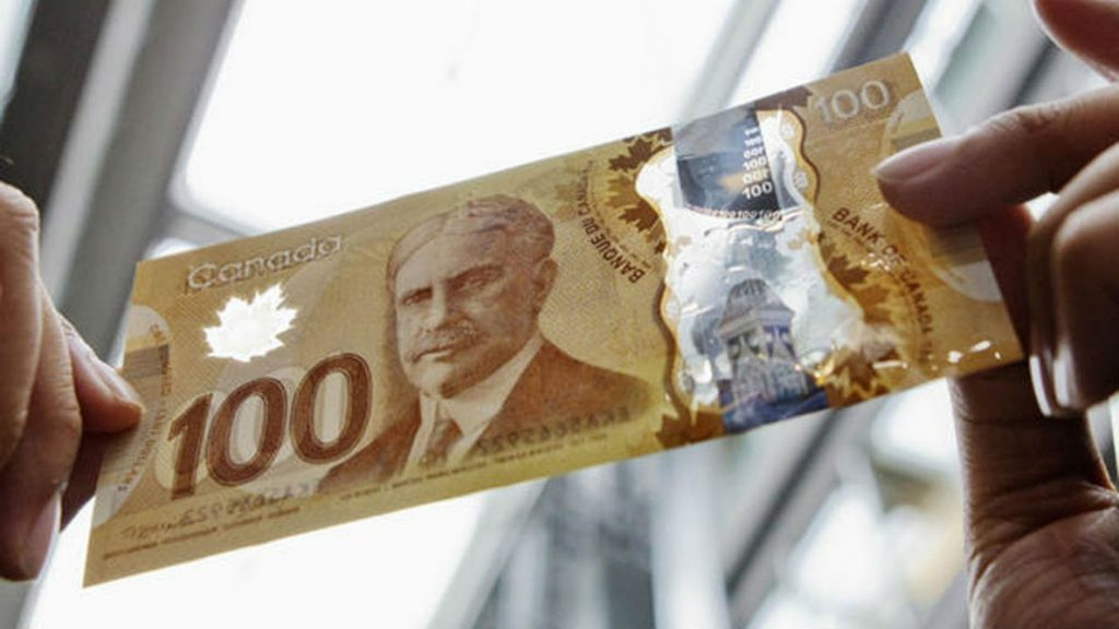 Фото: Сто долларов в Канаде