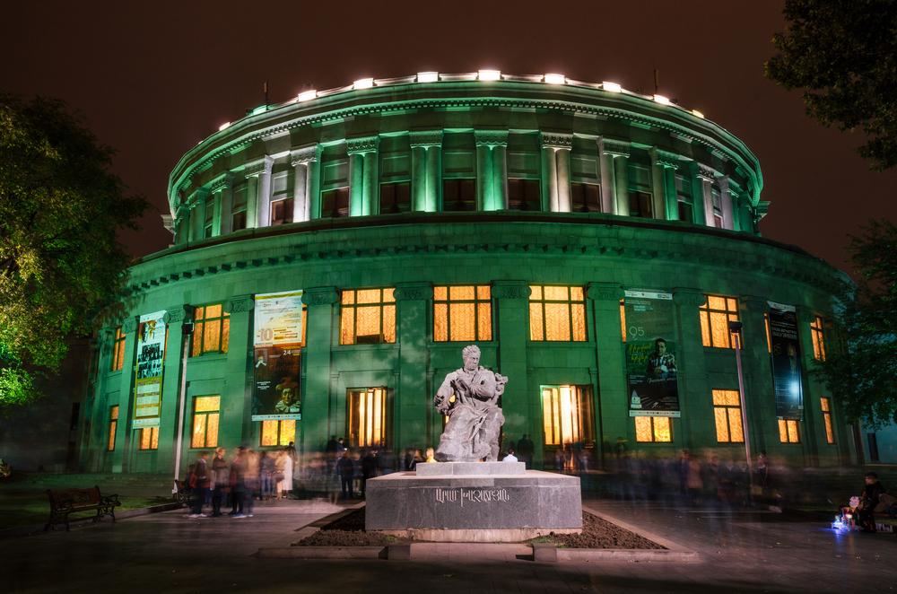 Фото: Театр оперы и балета вечером