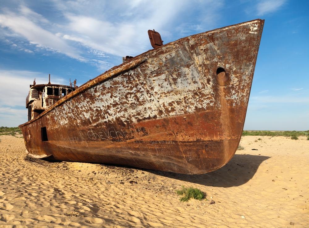 Фото: Лодка в пустыне