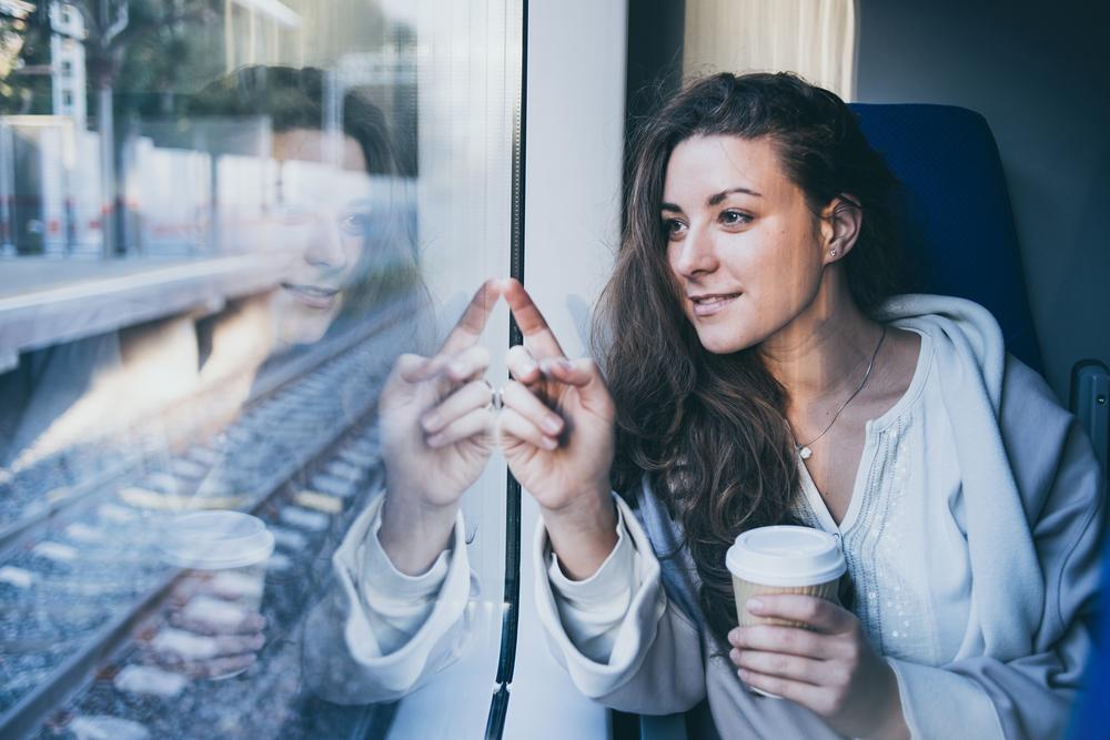 Фото: Девушка в поезде