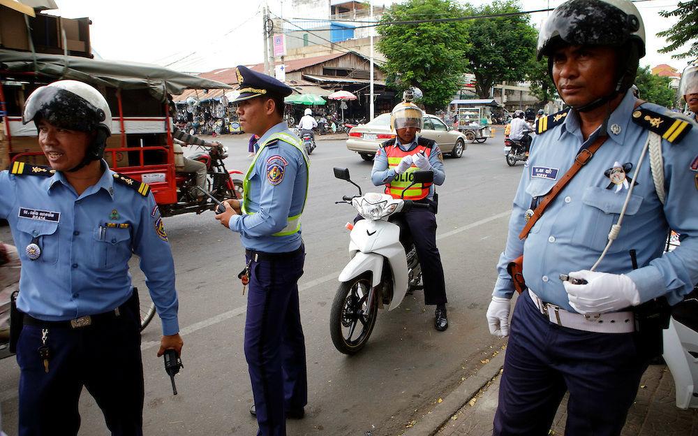 Фото: Инспектора дорожной полиции в Камбодже