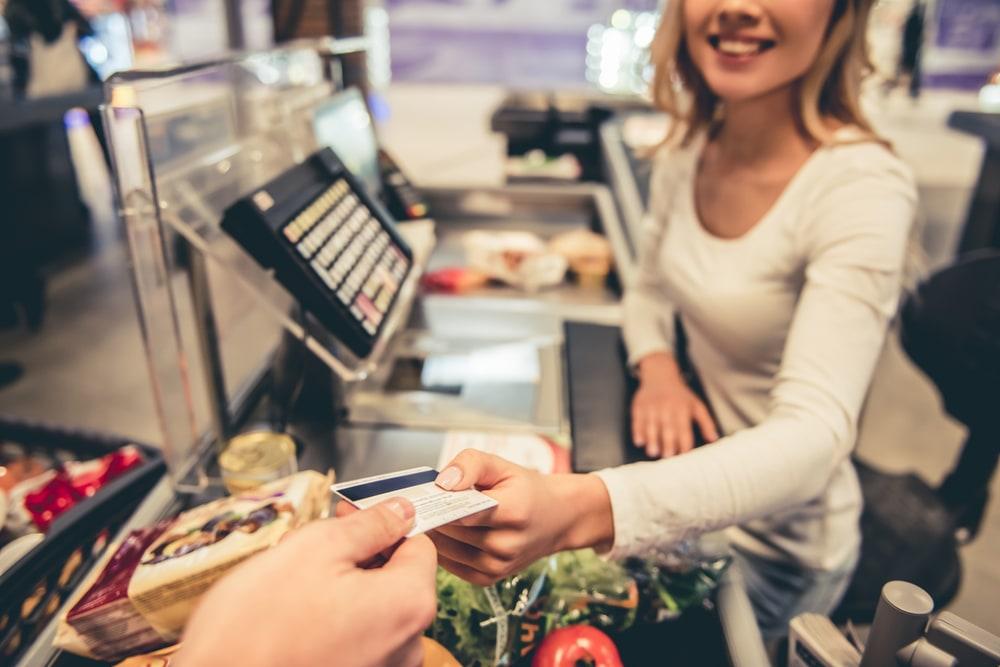 Фото: Как платить картой за рубежом